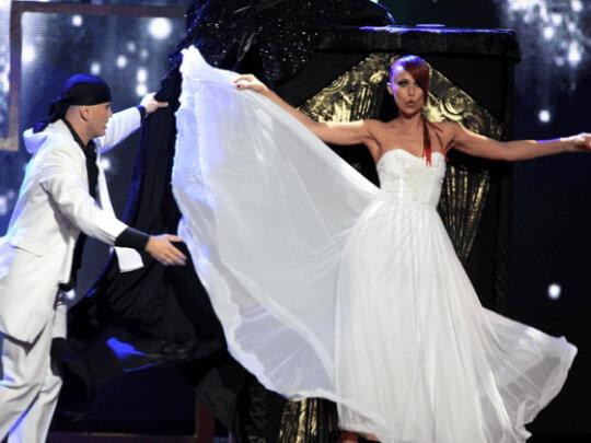 Frau und Mann auf der Bühne