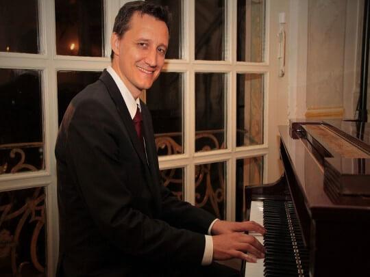 Künstlervermittlung: Background-Piano Frankfurt - Künstleragentur | DIE ALLESLÖSER