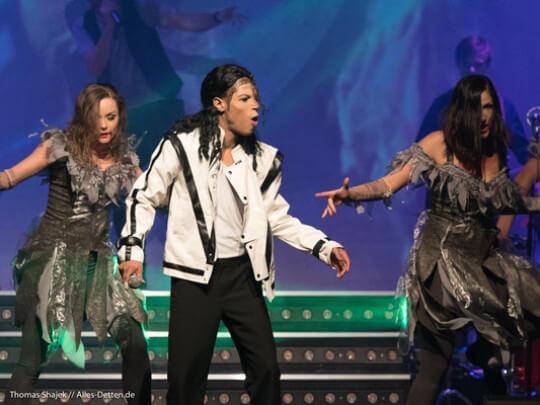 Michael Jackson Double mit Tänzerinnen