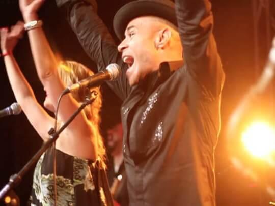 Sänger und Sängerin mit Armen hoch