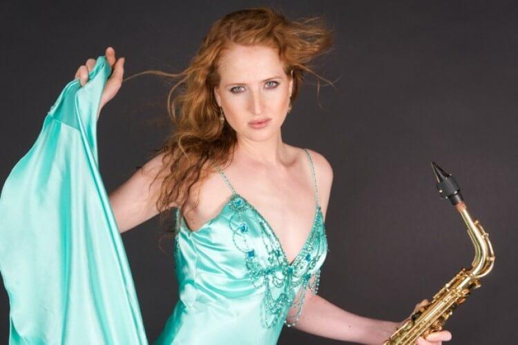 Frau im blauen Kleid mit Saxophon
