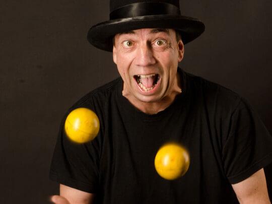 Mann jongliert mit Bällen