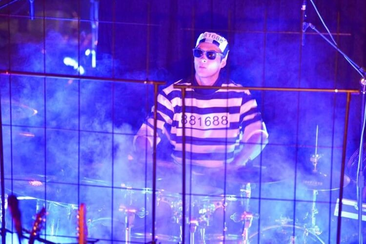 THE CHILI GROOVE MAFIA Schlagzeuger im Häftlingsoutfit