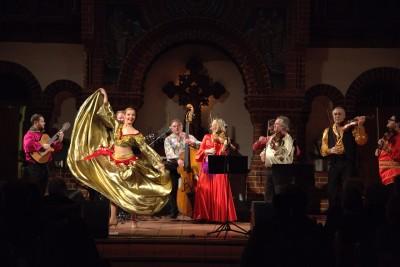 Jakascha mit einer Tänzerin in einem goldenen Kleid