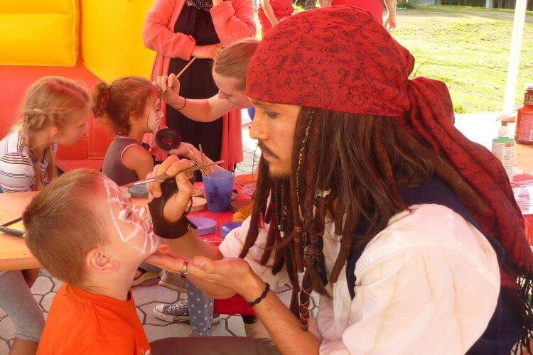 Jack Sparrow Double beim Kinderschminken