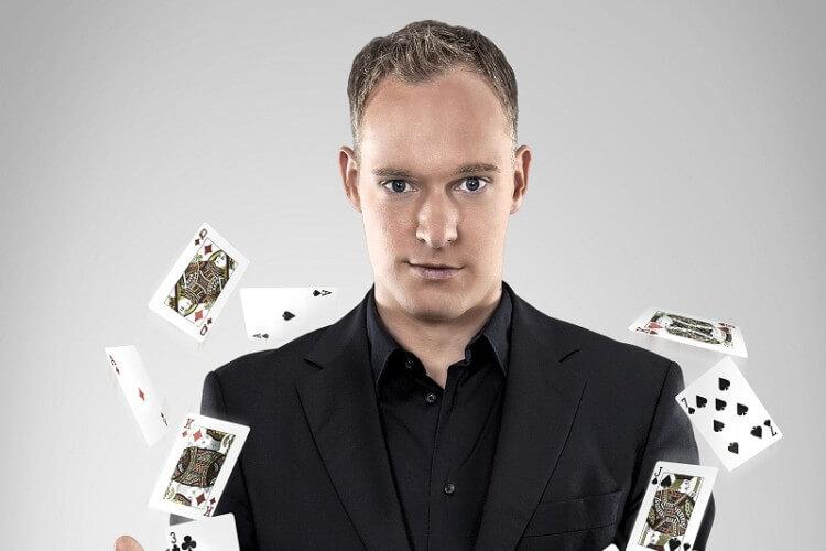 Felix Gauger mit Karten