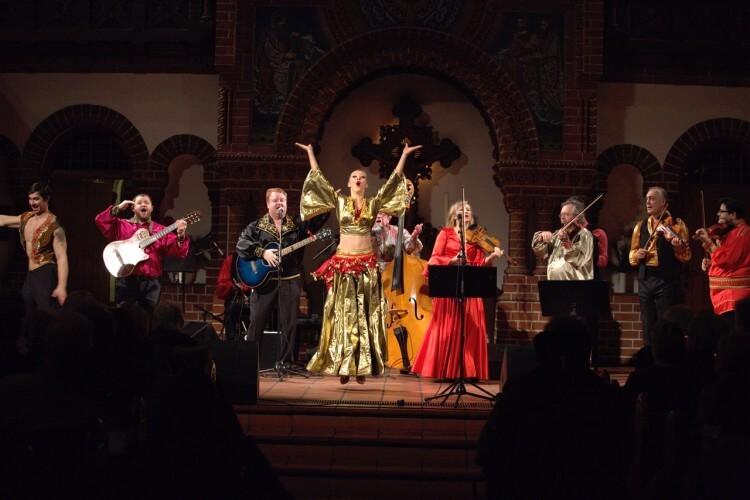 JaKaScha mit einer Tänzerin auf einer Bühne