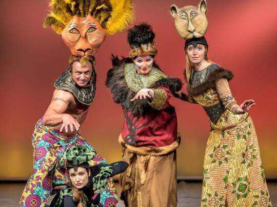 Darsteller in König der Löwen Kostümen