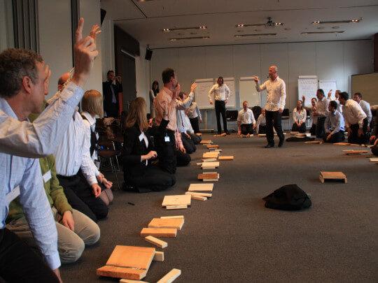Leute am Boden beim Business-Samurai-Training