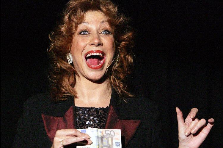 Sylvia Schuyer mit Geldschein
