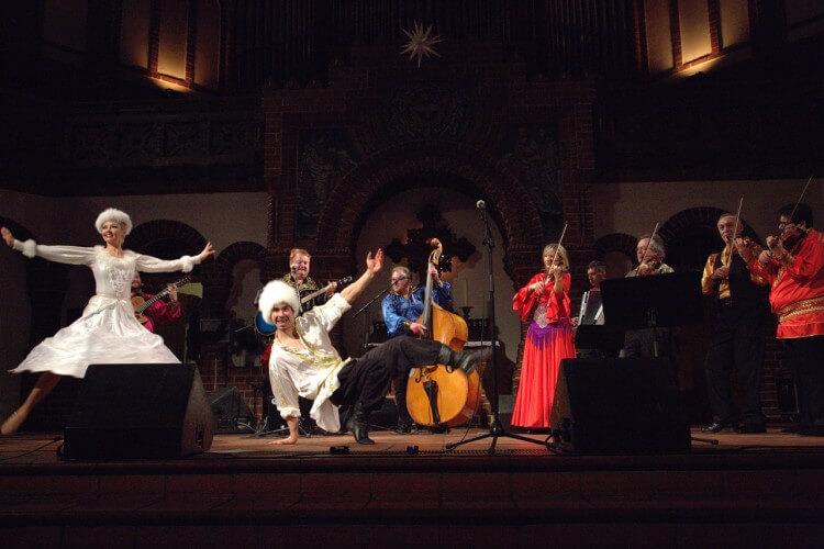 JaKaScha mit einem Tanzpaar auf der Bühne