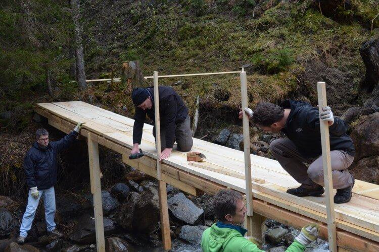 Team beim Brückenbau