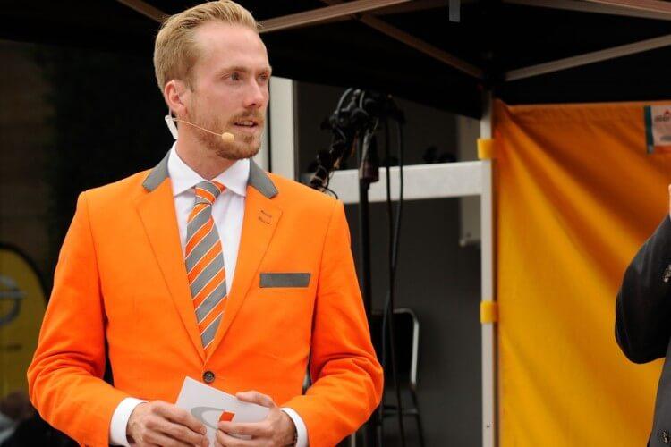 Felix Uhlig im orangenen Anzug
