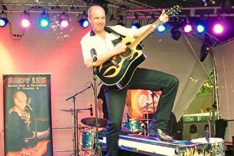 Andy Lee mit Westerngitarre