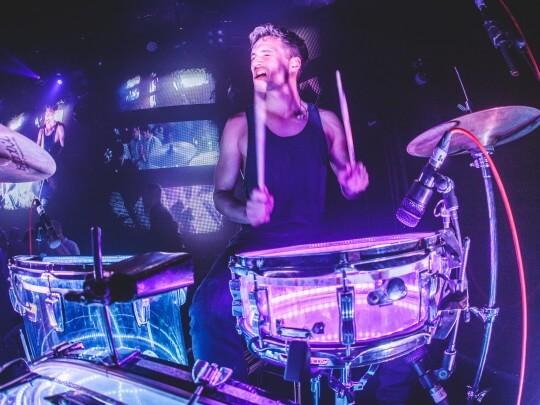 Künstlervermittlung: Jan Ole Jönsson am Schlagzeug Frankfurt - Künstleragentur | DIE ALLESLÖSER