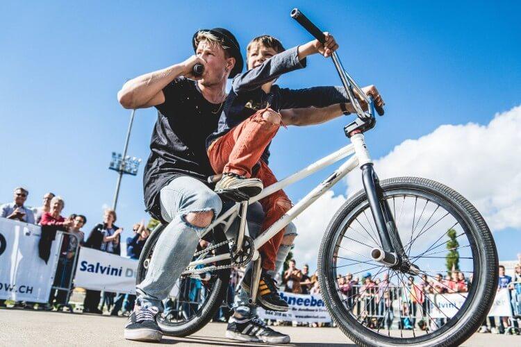 CHris Böhm mit Gast auf dem BMX