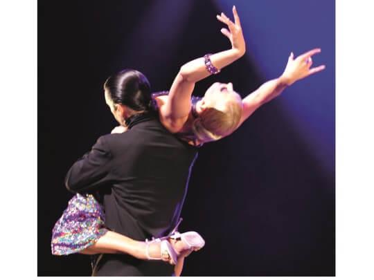 Tänzer mit Tänzerin auf Schulter