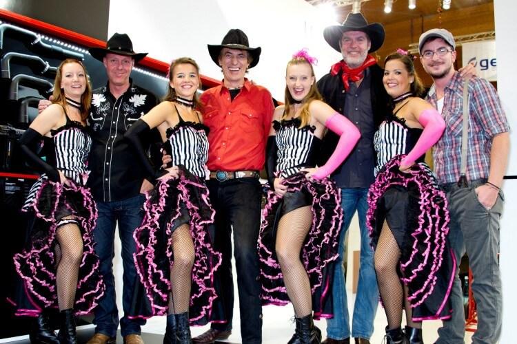 Dei Mavericks mit Tänzerinnen