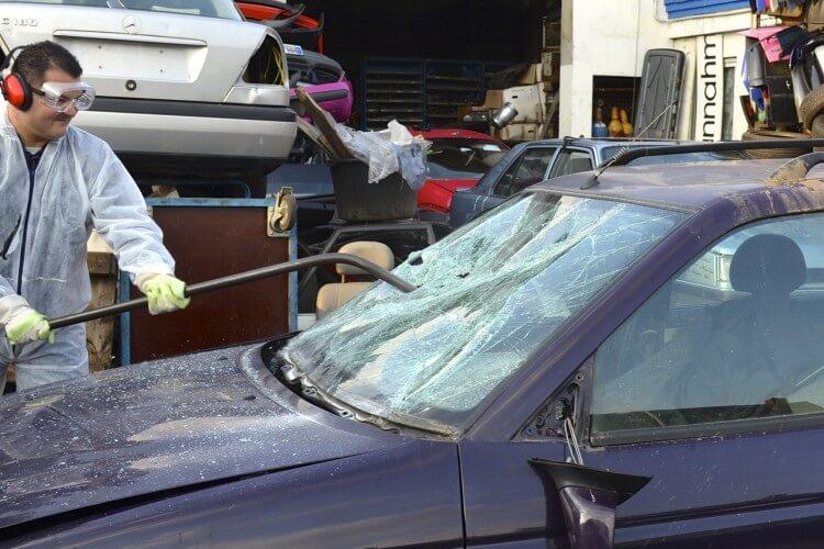 Auto Scheibe einschlagen