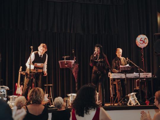 Künstlervermittlung: Cher-Imitatorin Yve mit Band Frankfurt - Künstleragentur | DIE ALLESLÖSER