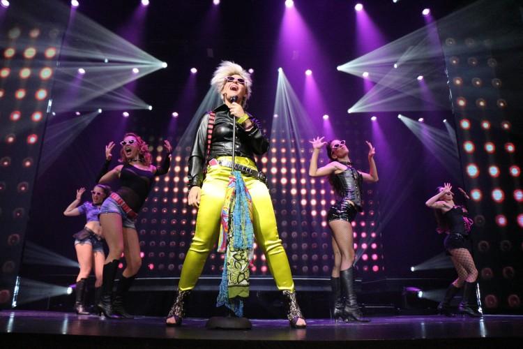 Mann mit gelben Hose auf der Bühne