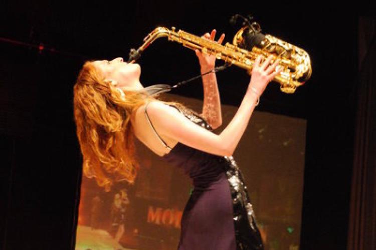 Frau hält Saxophon hoch