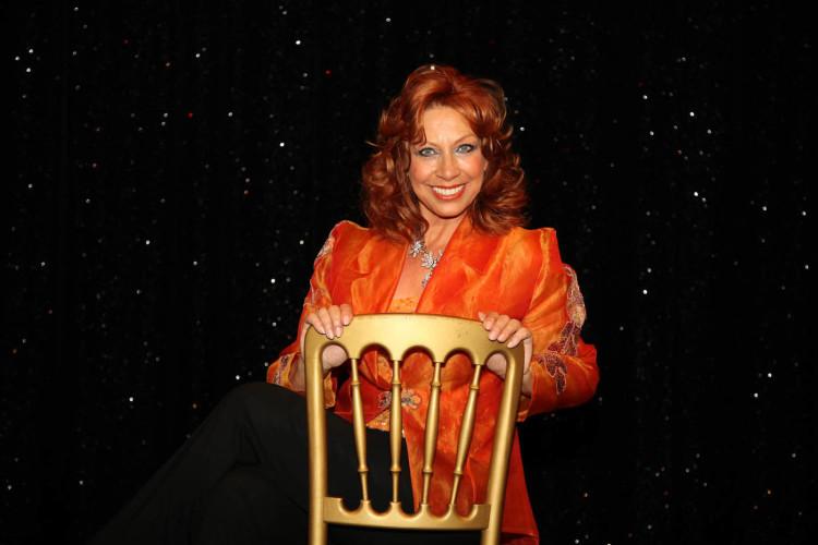 Sylvia Schuyer auf Stuhl sitzend