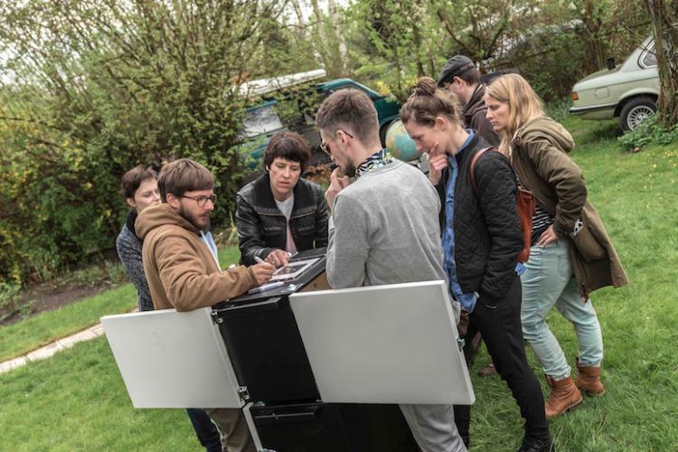 Spielteilnehmer an der mobilen Exit Game Station