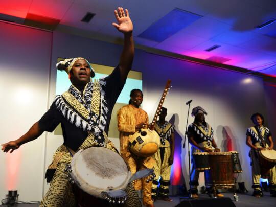 Künstlervermittlung: afrikanischer Trommler Frankfurt - Künstleragentur | DIE ALLESLÖSER