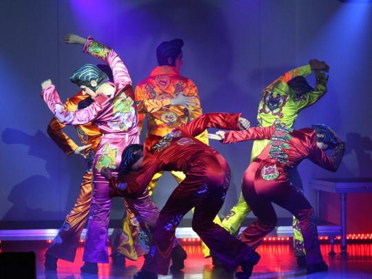 6 Darsteller in Elvis Kostümen