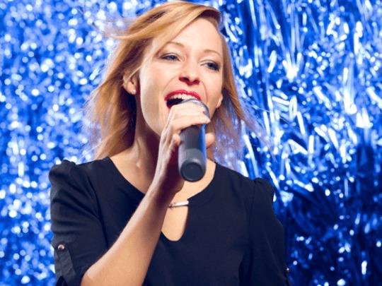 Helene Fischer Double mit Mikrofon