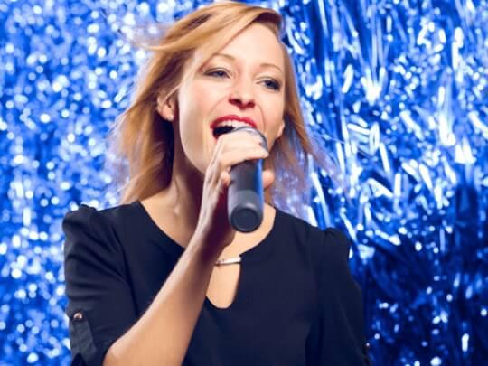 Künstlervermittlung: Helene Fischer Double mit Mikrofon Frankfurt - Künstleragentur | DIE ALLESLÖSER