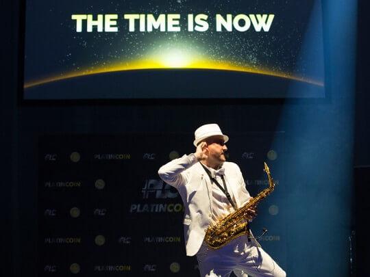 Künstlervermittlung: Adrian Malitzki im weißen Anzug mit Saxophon Frankfurt - Künstleragentur | DIE ALLESLÖSER