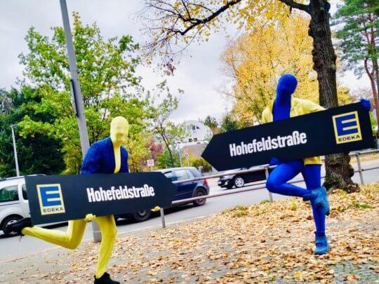 Künstlervermittlung: Sign Spinner in Aktion Frankfurt - Künstleragentur | DIE ALLESLÖSER