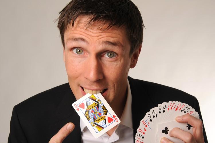 Paulo mit Spielkarte