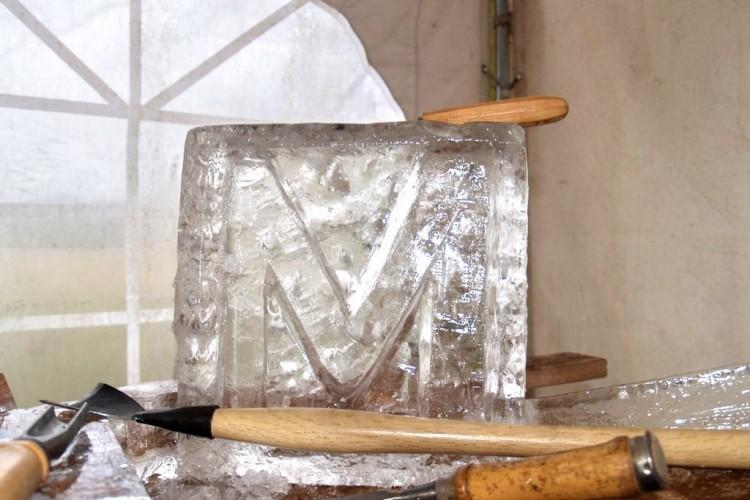 Eisblock mit Werkzeug