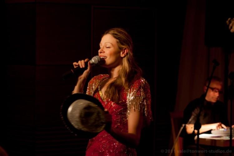 Corinna De Pooter mit Hut in der Hand
