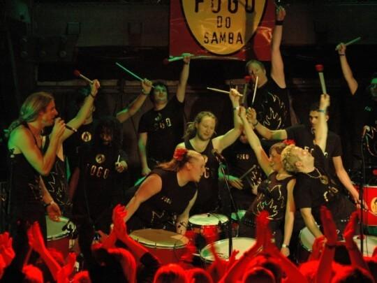 Künstlervermittlung: Fogo Do Samba in Action auf Bühne Frankfurt - Künstleragentur | DIE ALLESLÖSER
