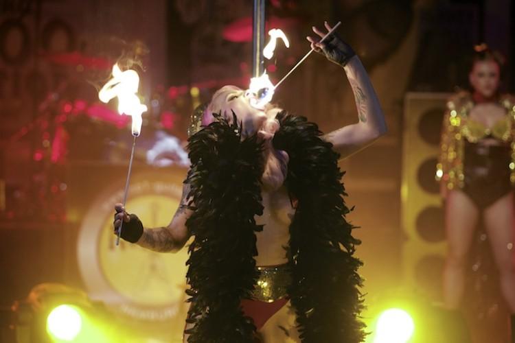 Belle La Donna und ihre Feuershow