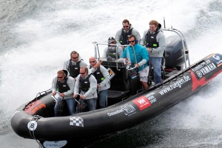 Personen in einem RIB Boot