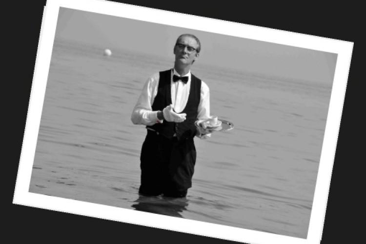Mann in Wasser mit Tablett