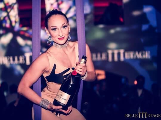 Künstlervermittlung: Schwebende Champagner-Dame Corina Frankfurt - Künstleragentur | DIE ALLESLÖSER