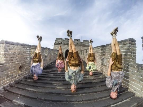 DDC kopfstehend auf der chinesischen Mauer