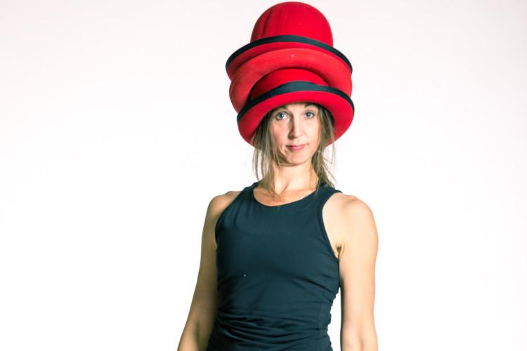 Frau mit Hüten