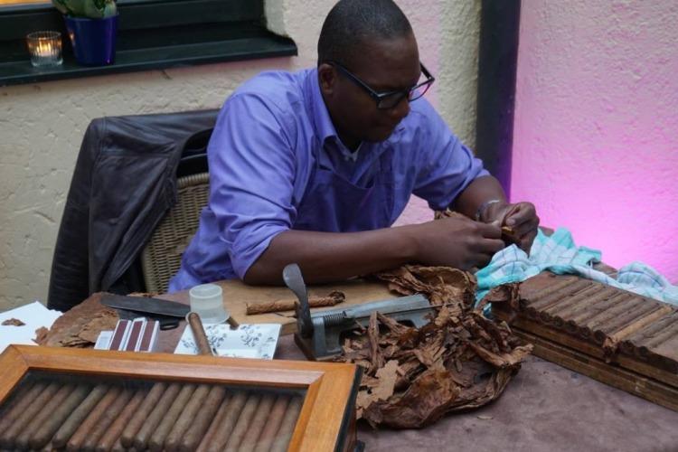 Mensch dreht Zigarre