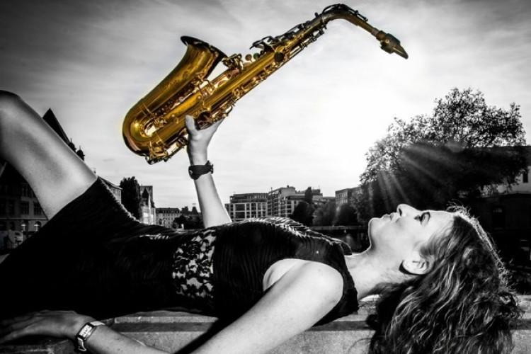 Frau liegend mit Saxophon