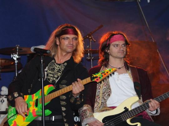 2 Männer mit Bass und Gitarre