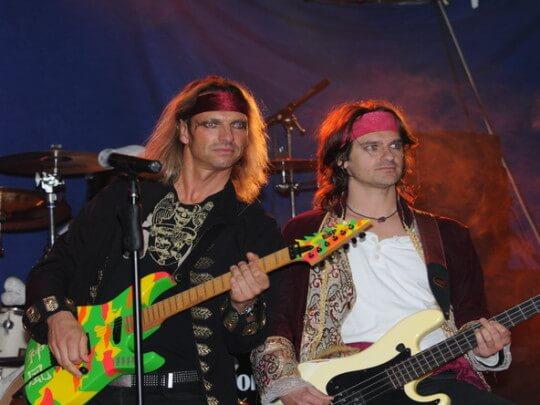Künstlervermittlung: 2 Männer mit Bass und Gitarre Frankfurt - Künstleragentur | DIE ALLESLÖSER