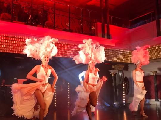 3 Tänzerinnen mit Federn auf dem Kopf