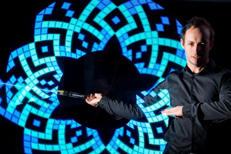 Mann mit LED Logo